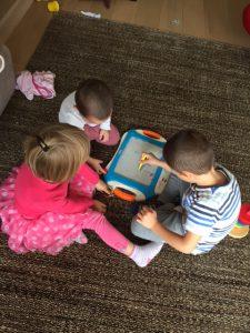 birbirine resim yapmayı öğreten çocuklar